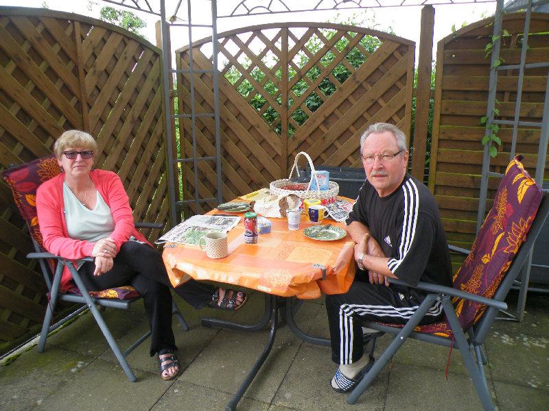 Familie B. aus Hattingen beim Frühstück auf der Terrasse