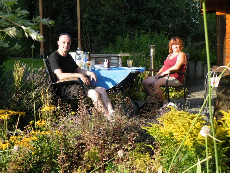 Familie D. aus Duisburg nach einem ereignisreichen Tag am wohlverdienten Grillplatz